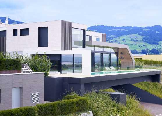 Luxuriöser Pool mit Villa