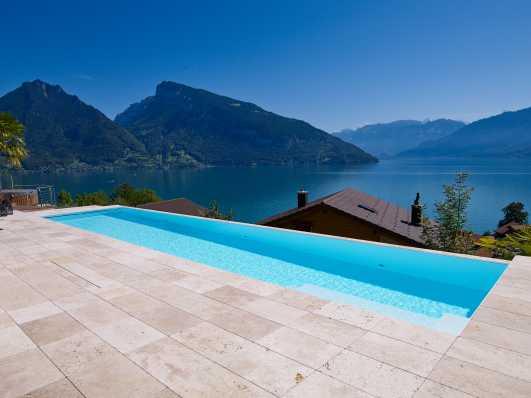 Schwimmbad aus Polystone vor traumhaftem Alpenpanorama
