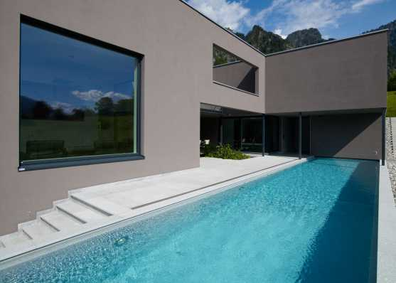 Luxus Swimmingpool mit Plattenumrandung