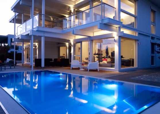 luxuriöses Edelstahl-Schwimmbecken im edlen Ambiente