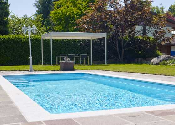 harmonisch eingebettetes Gartenschwimmbad