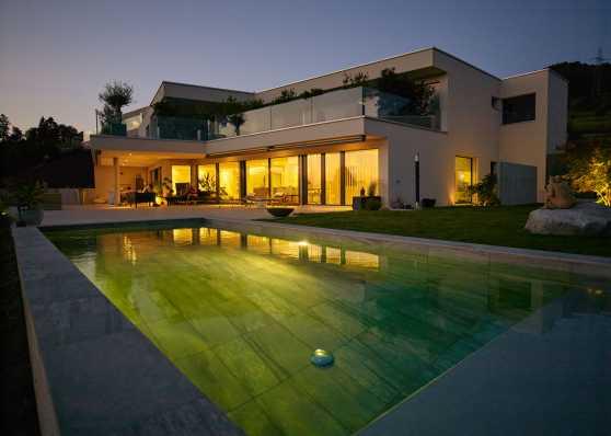 Schwimmbad in herrlicher Abenddämmerung