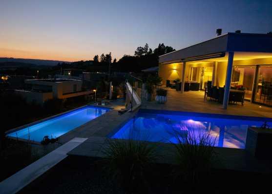 Terrassenhaus mit edlen Swimmingpools