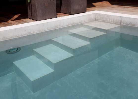harmonisch eingebaute Schwimmbadtreppe Typ Milano in Betonpool
