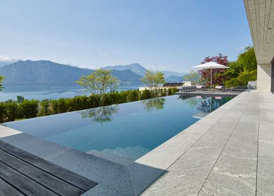 Luxus Gartenschwimmbad mit herrlichem Blick auf den See