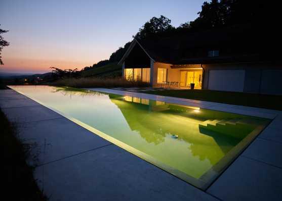 Überlauf-Schwimmbad in traumhaftem Sonnenuntergang