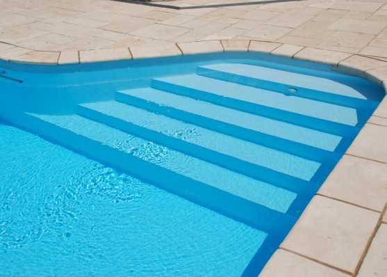seitlich eingebettete komfortable Schwimmbadtreppe