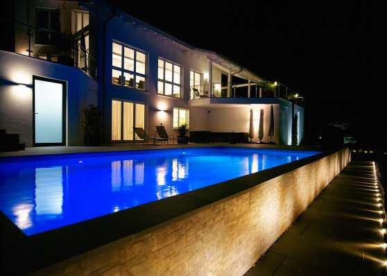 Gartenpool und Wohnhaus herrlich beleuchtet