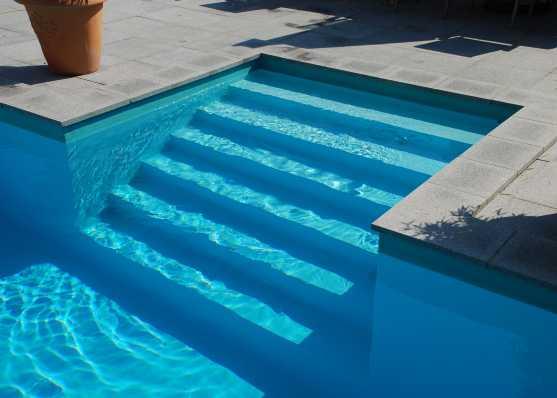 harmonisch eingebaute Schwimmbadtreppe Typ New York für einen komfortablen Einstieg