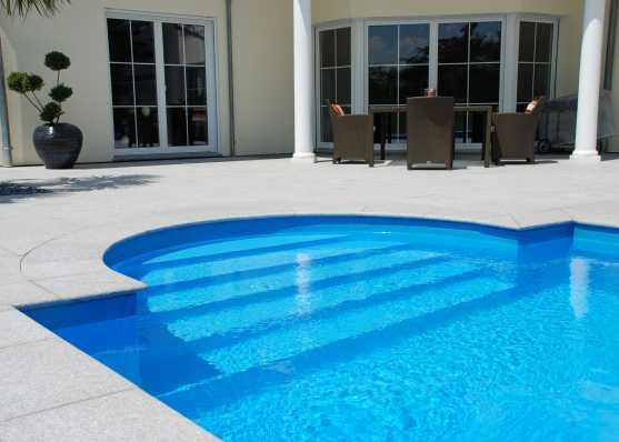 harmonisch eingebaute Schwimmbadtreppe Typ Roma