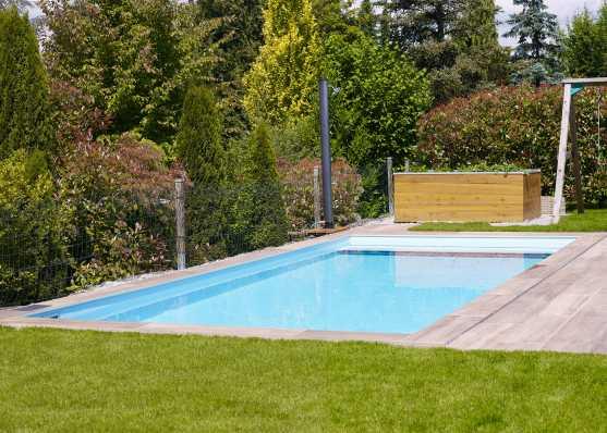 Gartenschwimmbad mit komfortabler Plattenumrandung