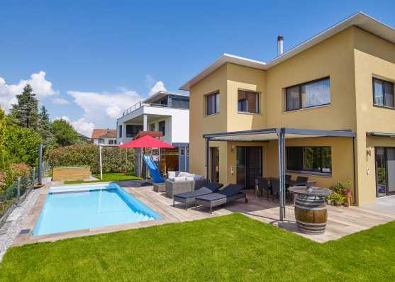 Gartenschwimmbad mit modernem Wohnhaus