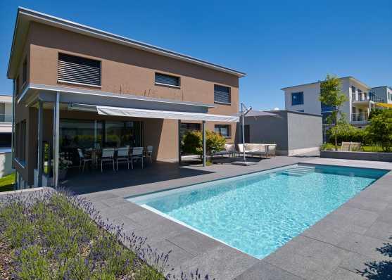Gartenschwimmbad vor dem Wohnhaus