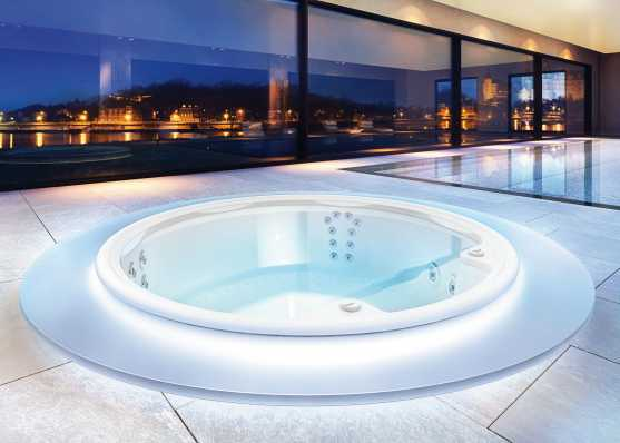 versenkter Indoor Whirlpool beleuchtet