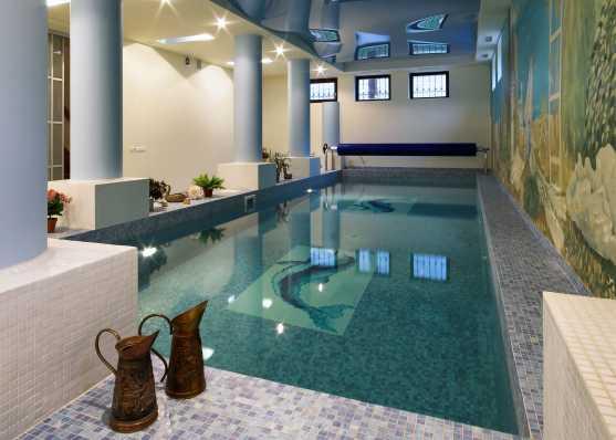 mit Mosaik ausgekleidetes Schwimmbecken indoor