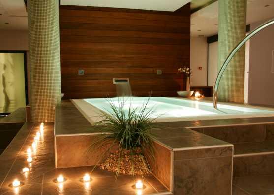 Spa mit Indoor-Schwimmbecken in romantischem Ambiente