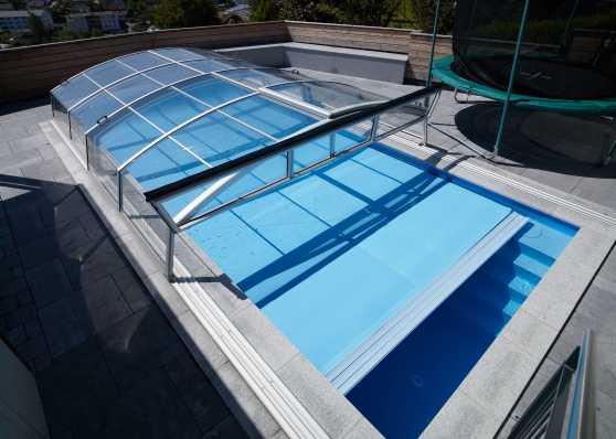 Thermoplane und schiebbare Schwimmbadüberdachung