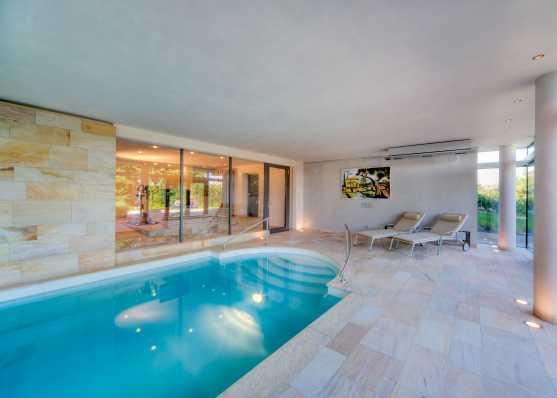 Indoor Swimmingpool mit angrenzendem Fitnessraum