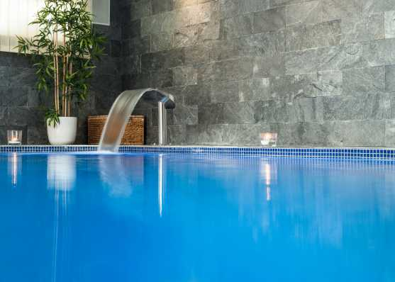 Modernes Hallenbad mit Wasserschwall