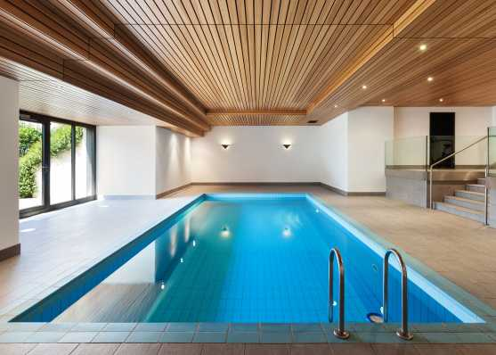 Modernes Innen-Schwimmbad