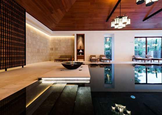 Indoor Swimmingpool mit komfortabler Einstiegstreppe