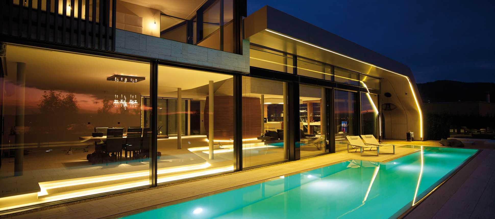 Schwimmbecken beleuchtet