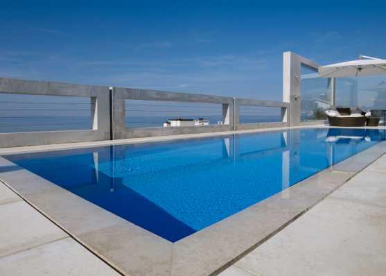 luxuriöses Gartenschwimmbad mit Überlaufrinne und Folienauskleidung