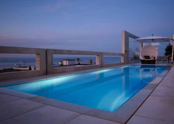 Luxus Gartenschwimmbad mit Überlaufrinne und Folienauskleidung