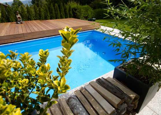luxuriöser Swimmingpool mit Holzabdeckung