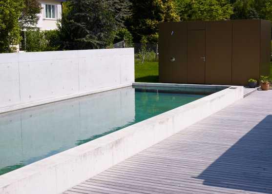 luxuriöser Betonpool mit Innentreppe und Holzumrandung