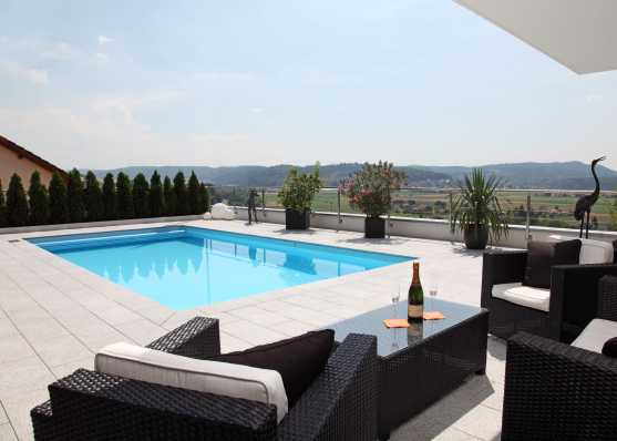 Sitzlounge an Luxus Pool