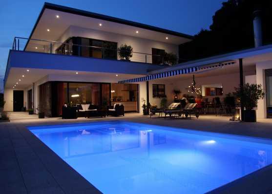 Villa mit Luxus Pool beleuchtet