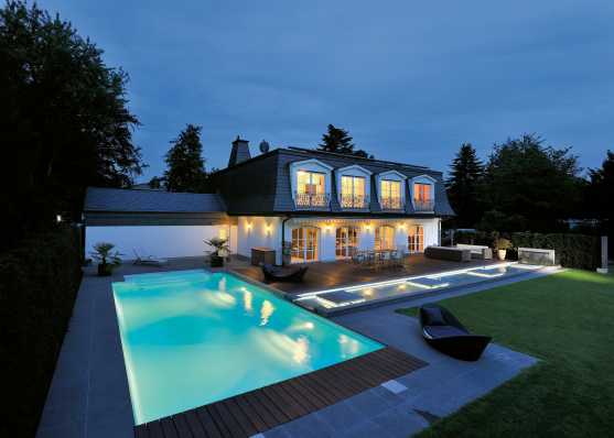 Villa mit beleuchtetem Schwimmbecken