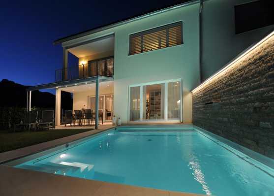 Luxus Pool mit diversen Ausstattungen wie z.B. Wasserschwall, Unterwasserbeleuchtung und Rollladenabdeckung