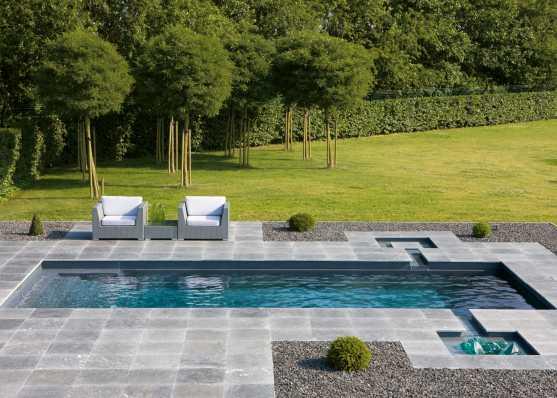 harmonisch eingebetteter Swimmingpool mit diversen Finessen