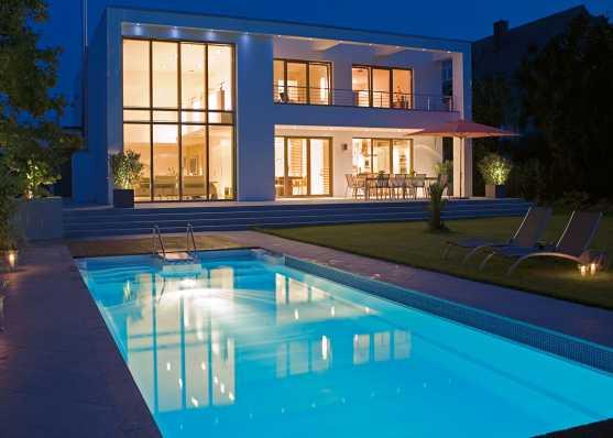 Villa mit Schwimmbecken beleuchtet