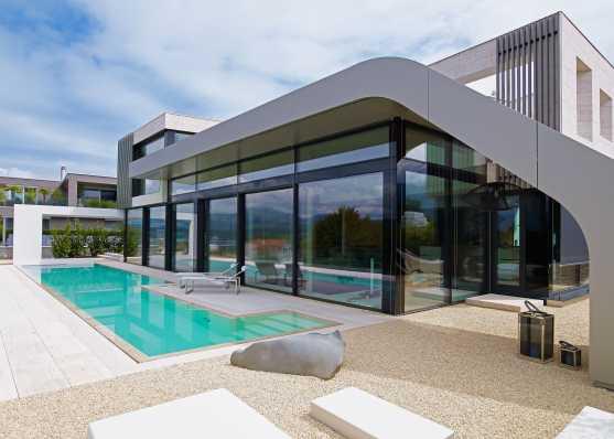 Beton-Schwimmbad mit Folienauskleidung vor Villa