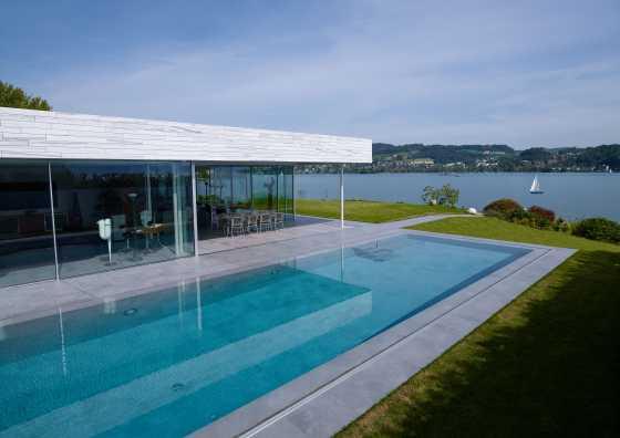 luxuriöserer Betonpool mit Überlaufrinne
