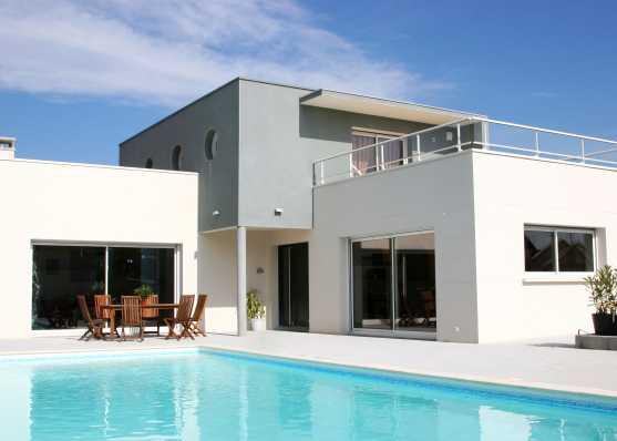 Haus mit Swimmingpool türkisblau