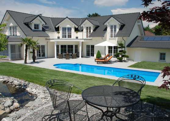 Villa mit luxuriösem Schwimmbad in grosser Gartenanlage