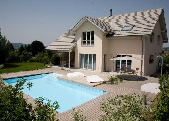 Luxus Schwimmbad mit Holzumrandung und diversen Finessen