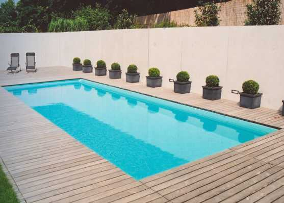 Schwimmbecken mit Holzumrandung