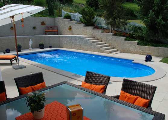 luxuriöser Swimmingpool mit Romatreppe und Gegenstromanlage