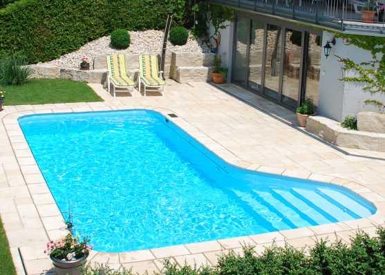 Schwimmbecken mit komfortabler seitlicher Einstiegstreppe Typ Pisa