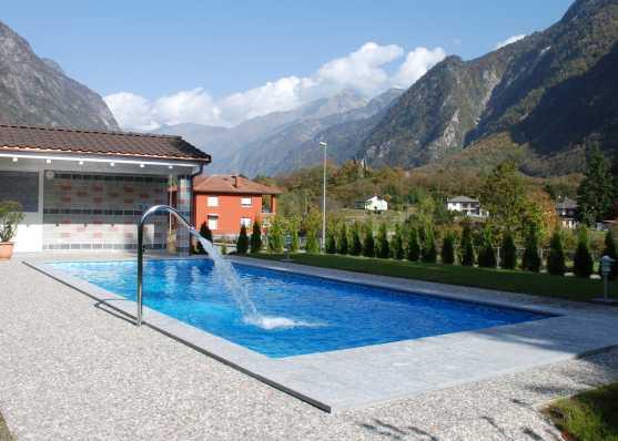 Swimmingpool mit Nackenschwall