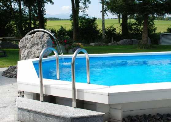 Schwimmbecken mit Sitzborde