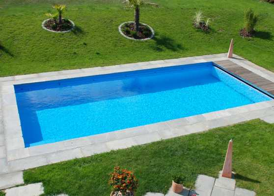 Gartenschwimmbad mit Holzrost und Plattenumrandung
