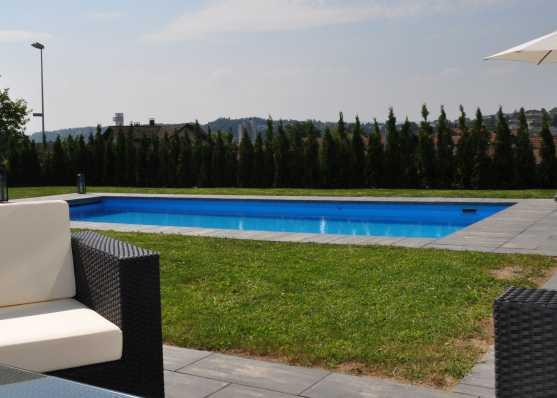 Sitzlounge an Swimmingpool