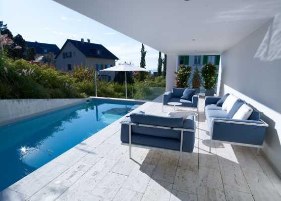 Sitzlounge an luxuriösem Swimmingpool