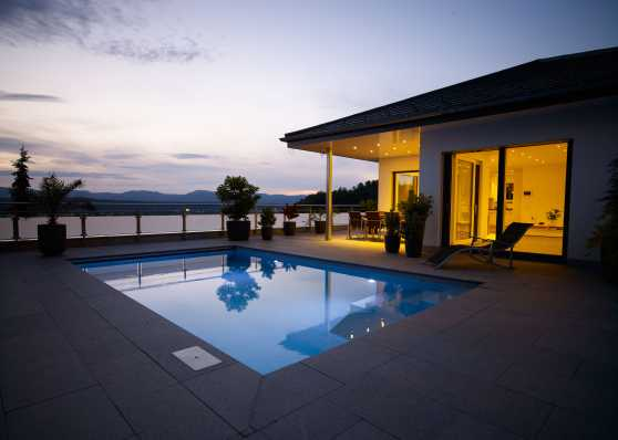 Edelweiss Swimmingpool in herrlicher Abenddämmerung